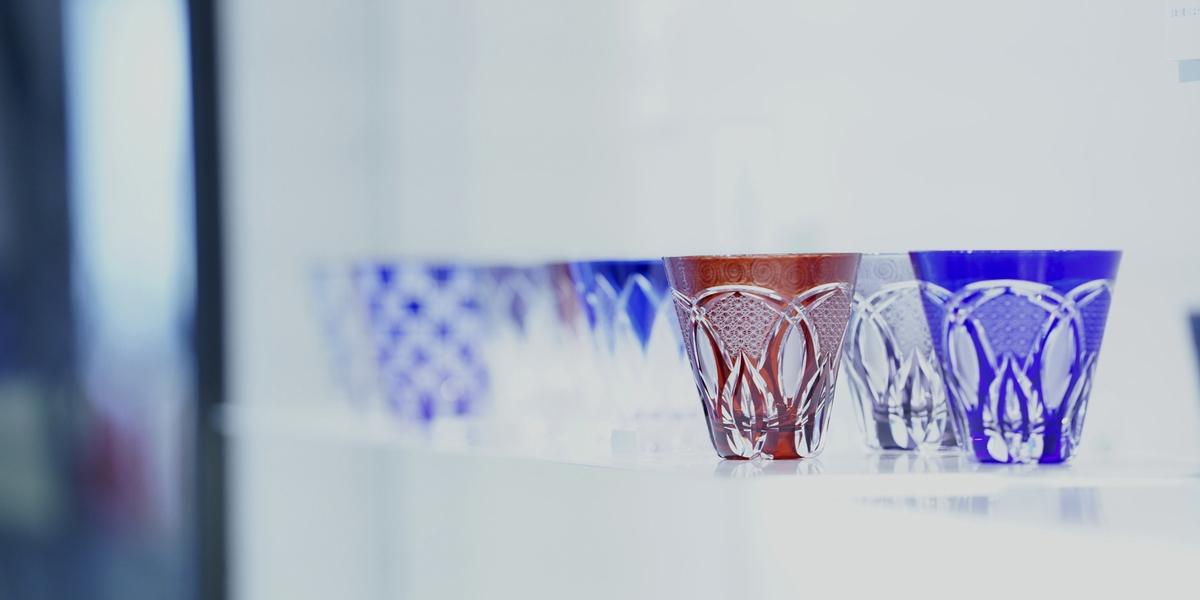 """色鮮やかで繊細な紋様を施した江戸切子を、独自の表現で継承する「華硝」。日常に溶け込む""""美術工芸品""""として、古くから現代まで人々の毎日を豊かにしてきたその魅力とは"""