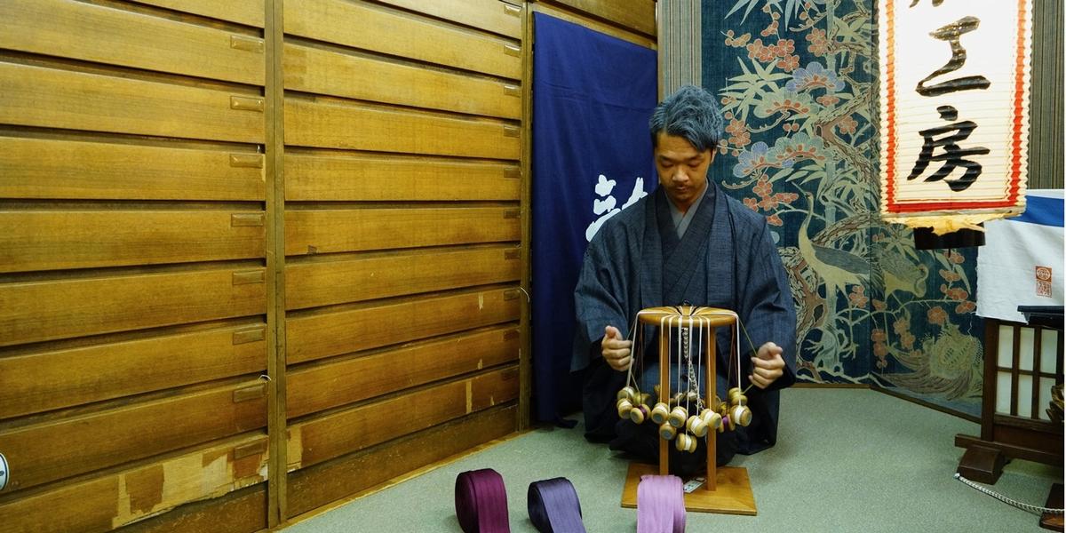 """""""用途""""と""""美しさ""""を兼ね備えるだけでなく、物との繋がりや敬意の象徴として古くから人々に愛されてきた組紐(くみひも)。その技術を伝える「龍工房」の組紐に、日本の奥深い伝統美が見える"""