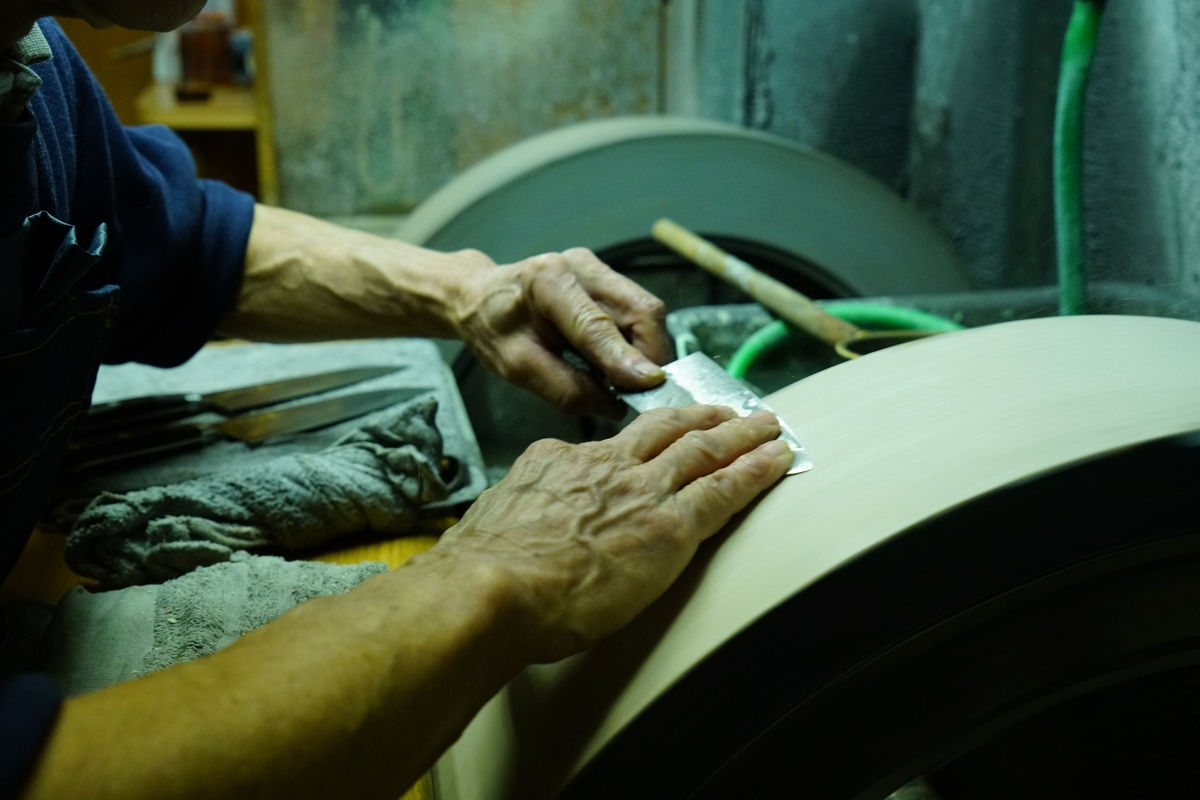 """商人であり職人として、 """"納得のいく刃物""""を提供する。職商人「うぶけや」の刃物への思い、そして一番大事にしている人との繋がりとは。"""